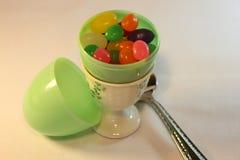 Oeuf en plastique avec des dragées à la gelée de sucre Photo stock