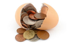 Oeuf et pièce de monnaie cassés images stock