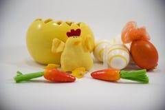 Oeuf et poulet de pâques jaunes avec de petits oeufs et carottes décoratifs 2ème Photo libre de droits