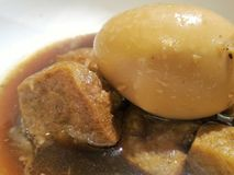 Oeuf et tofu cuits dans la sauce au jus Photos libres de droits