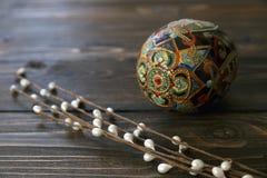 Oeuf fabriqué à la main de Pâques sur le fond en bois rustique Photo libre de droits