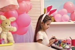 Oeuf fait main de peinture de fille aux ballons de partie image libre de droits