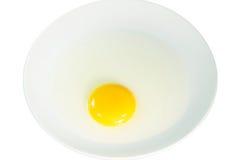 Oeuf frais dans le plat sur le fond blanc 001 Photo stock