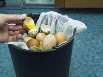 Oeuf gâté entrant dans la poubelle Photos stock