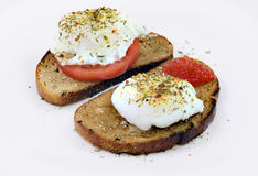 Oeuf poché avec le caviar et la tomate rouges photographie stock