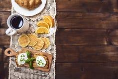 Oeuf poché savoureux sur le pain grillé au-dessus du fond rustique photo libre de droits