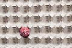 Oeuf rouge dans une boîte vide, oeuf de pâques, vue supérieure, photo stock