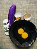 Oeuf soutenu avec l'aubergine dans le plat de noix de coco photos stock