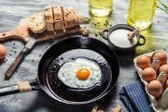 Oeuf sur une casserole servie avec du pain Photo stock