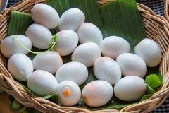Oeufs à la coque épluchés sur les feuilles de banane image stock