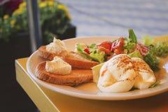 Oeufs à la coque avec des pains grillés, mousse de fromage, salade végétale sur la table images stock