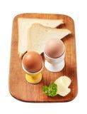 Oeufs à la coque en coquetiers et pain blanc Photographie stock libre de droits