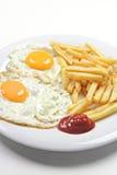 Oeufs au plat avec des fritures Image libre de droits