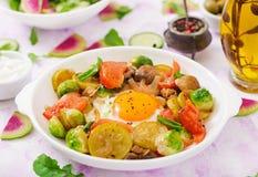 Oeufs au plat avec des légumes - shakshuka photographie stock libre de droits