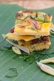 Oeufs au plat avec la feuille de banane Images stock