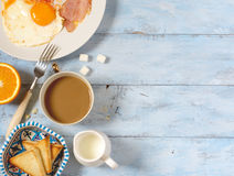 Oeufs au plat, café et pain grillé de petit déjeuner de fond Photos stock