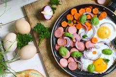 Oeufs au plat dans une poêle avec des légumes Photos libres de droits