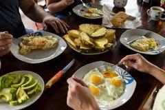 Oeufs au plat et fruit de petit déjeuner d'amis Concep sain de petit déjeuner Image libre de droits