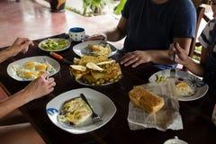 Oeufs au plat et fruit de petit déjeuner d'amis sur la table en bois Image stock