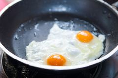 Oeufs au plat jumeaux sur la casserole Photographie stock