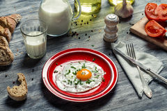 Oeufs au plat, pain et lait pour le petit déjeuner Photo stock