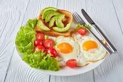 Oeufs au plat, salade fraîche, plan rapproché de pain grillé photographie stock libre de droits