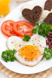 Oeufs au plat sous forme de coeur pour la Saint-Valentin de petit déjeuner Photo stock