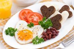 Oeufs au plat sous forme de coeur pour la Saint-Valentin de petit déjeuner Photos libres de droits