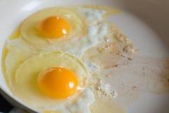 Oeufs au plat sur la casserole en céramique blanche Photographie stock libre de droits