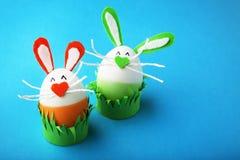 Oeufs avec des visages de lapin Photos stock
