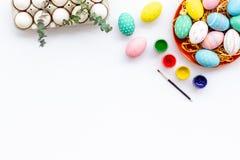 Oeufs avec la peinture colorée pour la tradition de Pâques sur la maquette blanche de vue supérieure de fond photos stock