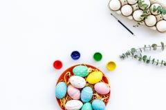 Oeufs avec la peinture colorée pour la tradition de Pâques sur la maquette blanche de vue supérieure de fond photos libres de droits