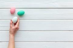 Oeufs avec la peinture colorée pour la tradition de Pâques sur la maquette en bois blanche de vue supérieure de fond image libre de droits