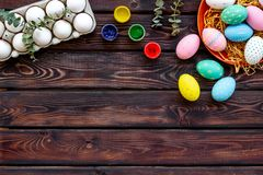Oeufs avec la peinture colorée pour la tradition de Pâques sur la maquette en bois de vue supérieure de fond photographie stock libre de droits