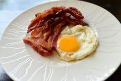 oeufs avec le lard pour le petit déjeuner Photo libre de droits