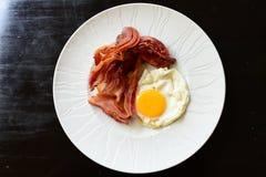 oeufs avec le lard pour le petit déjeuner Image stock