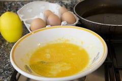Oeufs battus et casserole pour préparer une omelette image stock