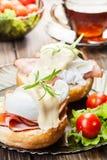 Oeufs Benoît sur les petits pains grillés avec du jambon Photos stock