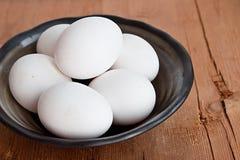 Oeufs blancs dans la cuvette rustique photos stock
