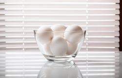 Oeufs blancs dans le bol en verre Photo libre de droits
