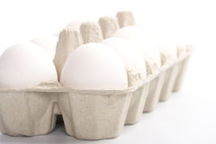 Oeufs blancs en emballage Photographie stock