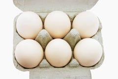 Oeufs blancs sur le carton d'oeufs Photographie stock libre de droits