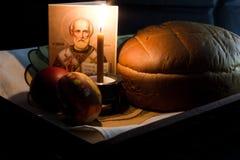 Oeufs, bougies et fleurs de pâques Photographie stock libre de droits