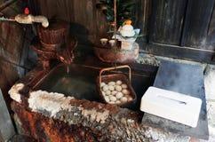 Oeufs bouillis de source thermale photographie stock
