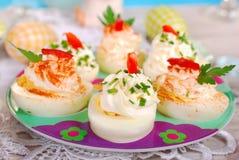 Oeufs bourrés avec du fromage et la mayonnaise pour Pâques image stock
