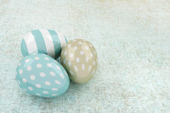 oeufs brillants de 3d Pâques se trouvant sur la table rustique Photo stock