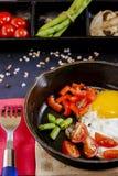 Oeufs brouillés avec des légumes et des produits photographie stock libre de droits