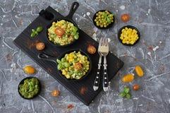 Oeufs brouillés avec les haricots verts, le maïs, les pois et le Basil frais images stock