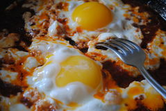 Oeufs brouillés cuits pendant le matin Photos libres de droits