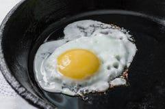 Oeufs brouillés dans une casserole de fonte Petit déjeuner Photos stock